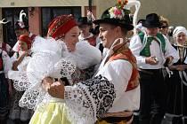 První říijnový víkend patřil ve Veselí Andělským hodům. Náměstí Míru zaplatili krojovaní, nad jejich řadami se tyčila mája.