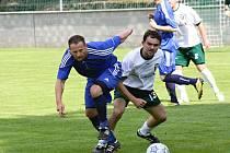 Zkušený dubňanský záložník Tomáš Pochylý (na snímku v bílém) parádně zahraným trestným kopem rozhodl nedělní duel Baníku s Lednicí.