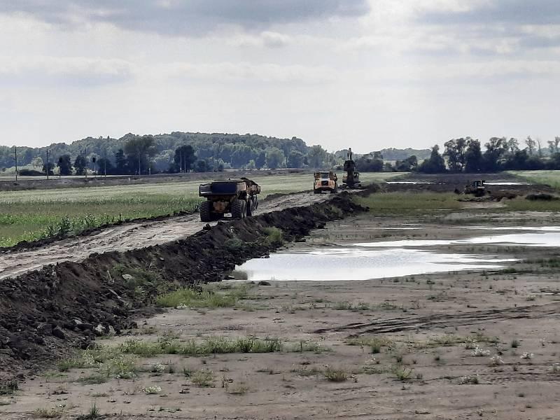 Práce na úseku dálnice D55 mezi Moravským Pískem a Starým Městem.
