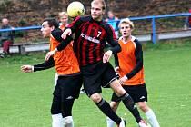 Hostující záložník Patrik Bančák (uprostřed) bojuje o míč s domácím Janem Strmiskou.