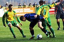 Záložníci Mutěnic Milan Válek (vlevo) a Vít Lamáček bojují ve středu hřiště s domácím Lukášem Vrbou. Vedoucí tým první Atřídy vyhrál v Rohatci 2:0.