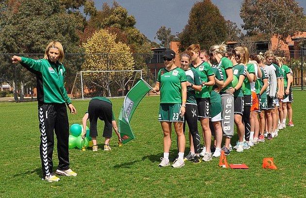 Trenérka Jitka Klimková diriguje na tréninku své svěřenkyně. Canberra United vede australskou ligu.