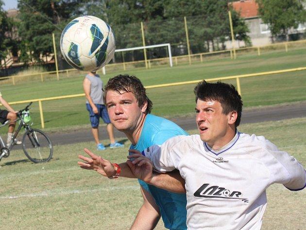 Turnaj v malé kopané, který se o víkendu uskutečnil na tréninkovém hřišti ve Vacenovicích, poprvé vyhrál tým Lazor-Domus Vyškov (v bílém).