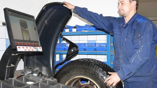 Pneuservisy už registrují zvýšený počet zákazníků, kteří se objednávají na přezutí pneumatik. Ten největší nápor však očekávají až v následujících dnech a po prvním sněhu.