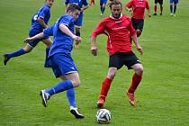 Fotbalisté Strážnice (v červených dresech) doma prohráli s Rajhradem 2:5. Hosté vstřelili všechny góly v prvním poločase.