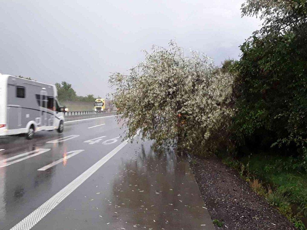 V souvislosti se silným větrem a bouřkami vyjížděli jihomoravští hasiči k sedmadvaceti událostem.