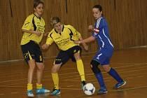 Fotbalistky Hodonína (ve žlutých dresech) skončily na domácím halovém turnaji až na čtvrtém místě.