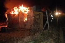 Požár chatky ve veselské městské části Zarazice. Předběžná škoda padesát tisíc korun.