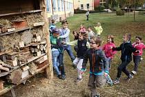 Rohatecké děti chystaly u základní školy hmyzí hotel.