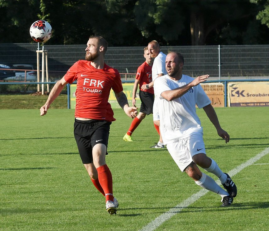 Fotbalisté Strážnic (v červeném) oslavili 100. výročí zápasem proti legendám Slovácka.