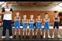 Úspěšní medailisté s trenérem Jiřím Bajákem. Zleva jsou Jiří Baják mladší, Alexandr Harca, Martin Vališ, Lukáš Grochál, Šimon Kocmánek a Martin Hvorecký.