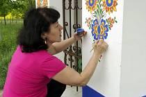 Ručně malovaným ornamentům se Marie Holubíková ze Strážnice věnuje více než čtyřicet let.
