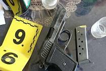 Střelba v Sudoměřicích na Hodonínsku míří k soudu. Policisté nakonec pro výtržnictví trestně stíhají dva muže. Oba byli opilí, když osmkrát vystřelili z plynové pistole.