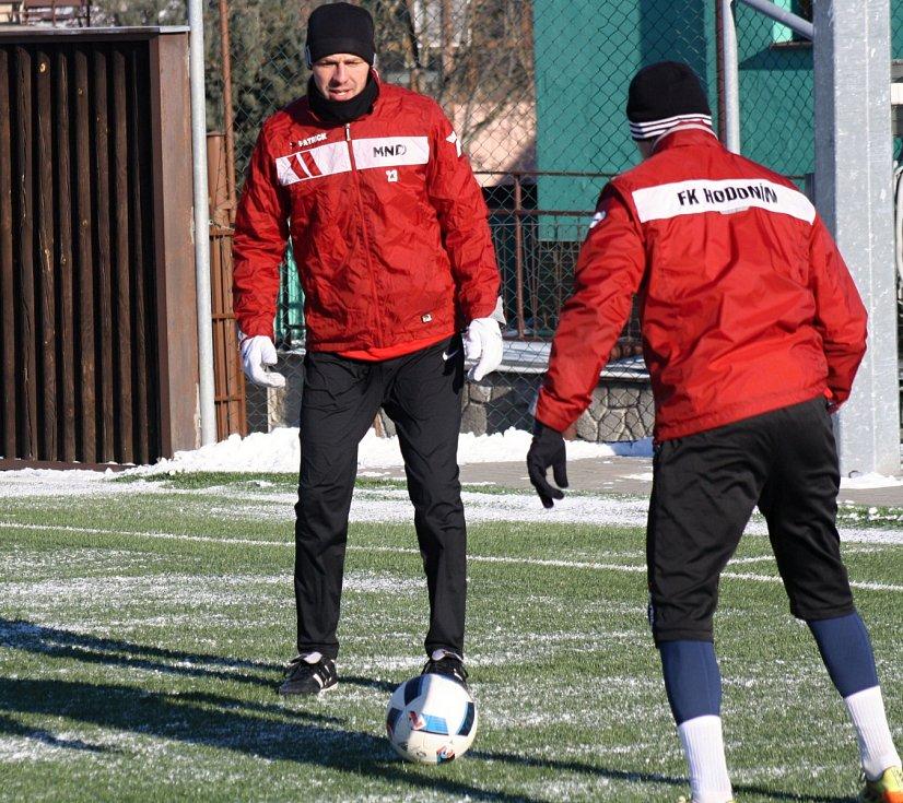 Fotbalisté divizního Hodonína v sobotu dopoledne absolvovali první letošní trénink. Do třeskutého mrazu kromě známých tváří vyběhl také Radek Sasín. Bývalý hráč Slovácka a Břeclavi, který naposledy působil v Hlučíně, je první posilou ambiciózního celku.