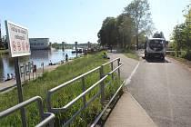 Nová příjezdová cesta k hodonínskému přístavišti na řece Moravě kolem sídla veslařského klubu.