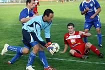 Vracovský útočník Petr Eliáš (v modrém) doráží na gólmana Velkého Meziříčí Romana Invalda.