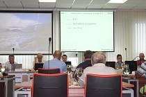 Mimořádné jednání městského zastupitelstva v Hodoníně v neděli večer. Tématem byl stavu nebezpečí v souvislosti s vážnou přírodní katastrofou a úprava rozpočtu města na rok 2021.