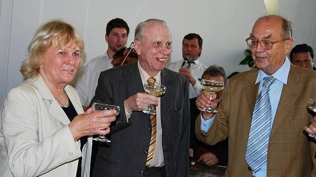 Ocenění Kyjovjani. Zleva: snacha Ludvíka Hilgerta, Jan Hlaváč a Zdeněk Vašíček.