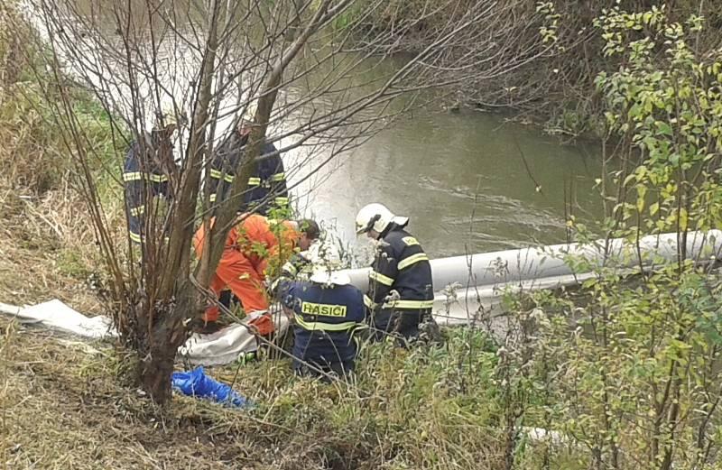 Ropná látka se objevila ve čtvrtek krátce před polednem na vodní hladině řeky Kyjovky v Mikulčicích u tamní čističky. Po původu znečištění pátrají policisté.