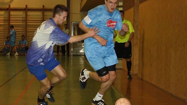 Ani zkušený fotbalista Robin Habáň (vpravo) nedokázal vyřazení Zweigeltrebe v semifinále Kyjovské halové ligy zabránit.