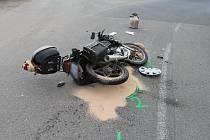 Nehoda motocyklu u Černého mostu v Hodoníně.