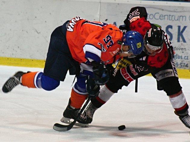Hokejisté Hodonína (v oranžovomodrých dresech) porazili v derby brněnskou Techniku 5:2. Sobotní duel přinesl spoustu faulů, nedovolených zákroků a vyloučení.