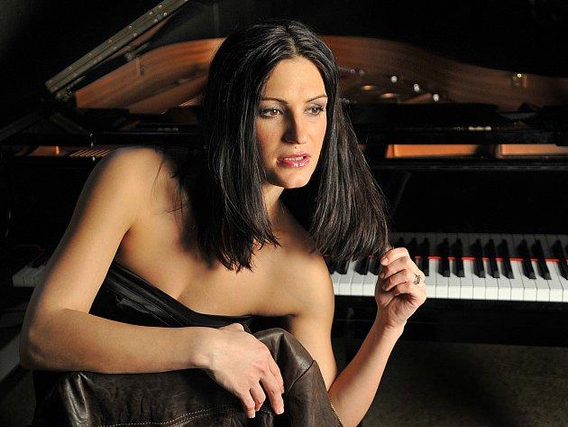 Po absolvování hudební školy Berklee College v Bostonu se brněnská rodačka Hana Robinson přesunula do Londýna, kde se zamilovala do svého dnes již exmanžela, po němž má své britské příjmení. V Praze žije od roku 2009.