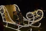 Vánoční atmosféru navozuje v centru Hodonína strom, nasvětlené saně i další dekorace, které si lidé užívají zejména po setmění.