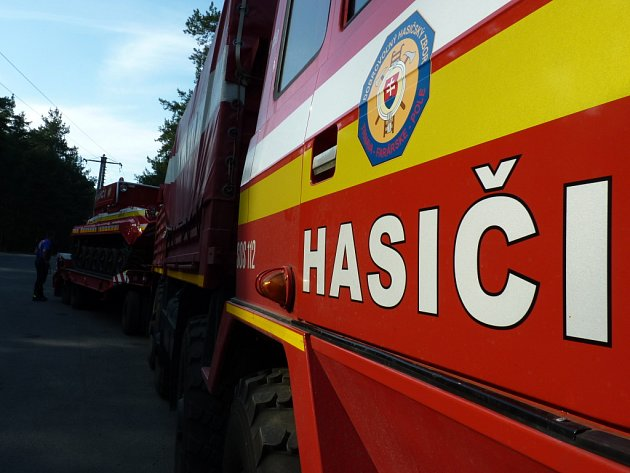 Hasičské jednotky z Trnavského kraje přivezly na požár u Bzence speciální techniku.