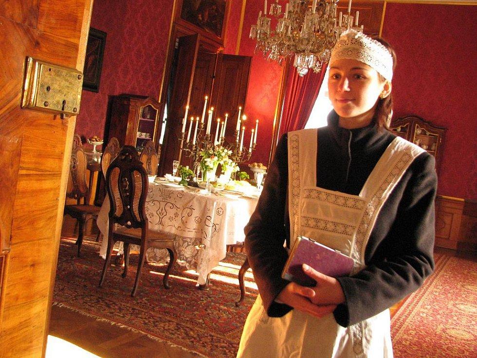 Služka Tonička uvedla návštěvníky do jídelny.