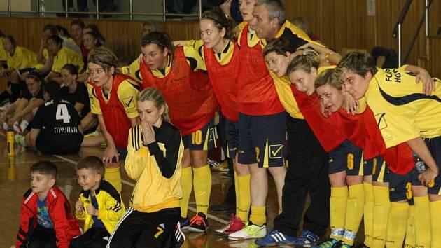 Fotbalistky druholigového Hodonína bez porážky ovládly domácí mezinárodní turnaj v halovém fotbale.