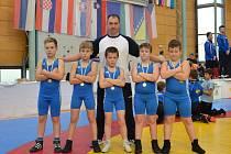 Hodonínští medailisté se svým trenérem Jiřím Bajákem. Zleva stoj Marek Kotlařík, Jiří Baják, Šimon Kocmánek, Vilém Pleša a Lukáš Gregovský.