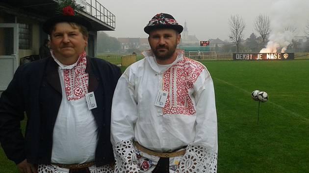 Milotický trenér Petr Vybíral (vpravo) splnil slib společně s vedoucím mužstva Petrem Kašíkem se navlékl do tradičního kroje.