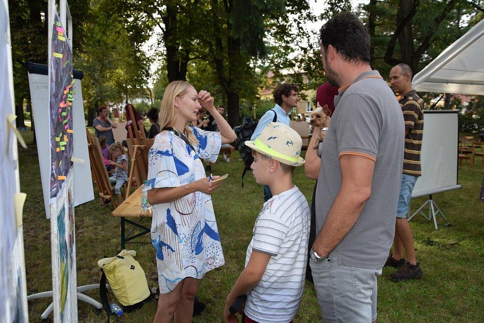Netradiční způsob veřejného projednávání o podobě parku uskutečnili představitelé Hodonína. S lidmi se sešli přímo na místě.