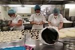 Příprava obědu s využitím darovaných povidel z tvrdonické firmy Frujo.