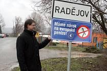 K Druhé zlínské výzvě se připojily například Nenkovice, Želetice či Nová Lhota. Na snímku ceduli vyvěšuje starosta Radějova Martin Hájek.