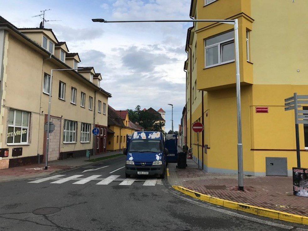 Ve Veselí nad Moravou instalovali na přechody nové LED osvětlení. Zvýší bezpečnost chodců.