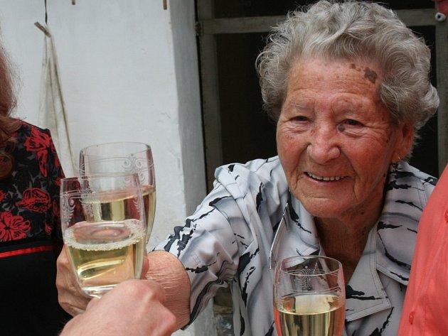 Stoletá stařenka si připila vínem