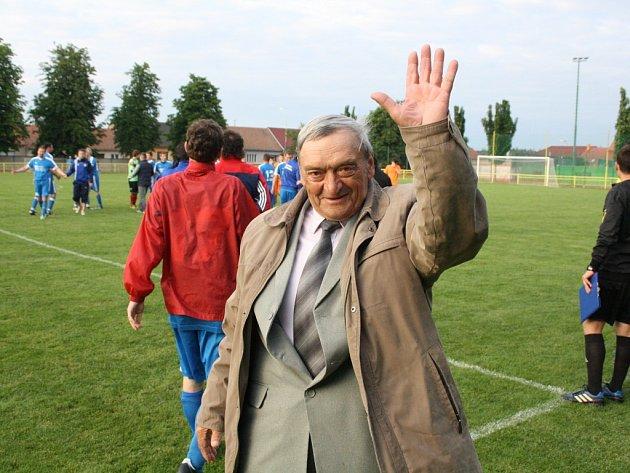 Prezident Slavoje Moravany Albín Ondříšek se raduje po triumfu v okresním poháru.