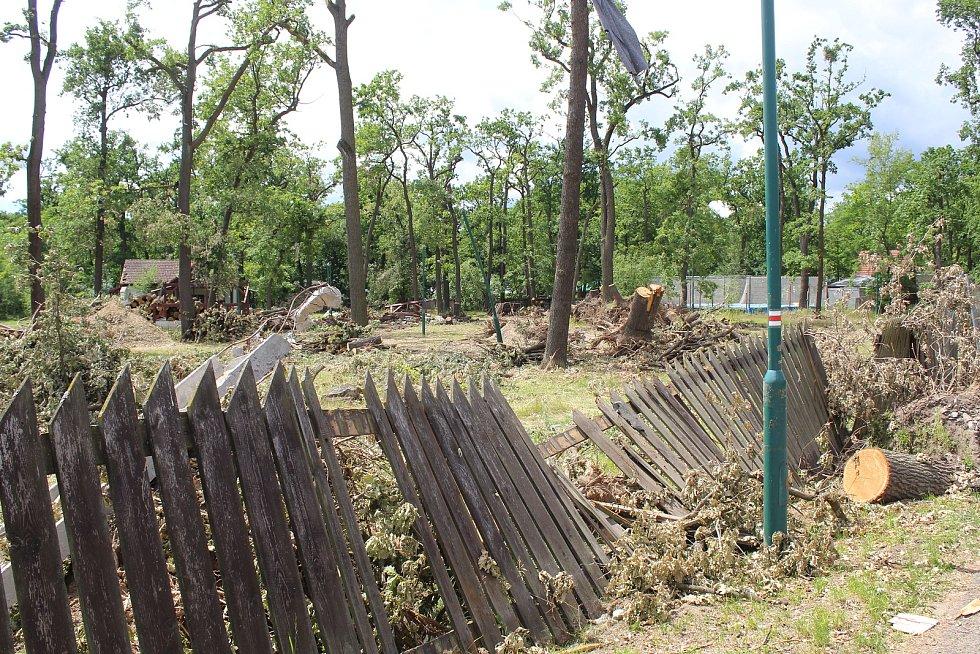 Tornádem poničené oplocení hodonínské zoologické zahrady.