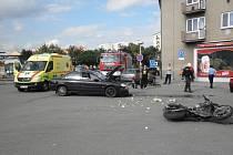 Nehoda auta a motorky v Kyjově si vyžádala vážné zranění motorkáře.