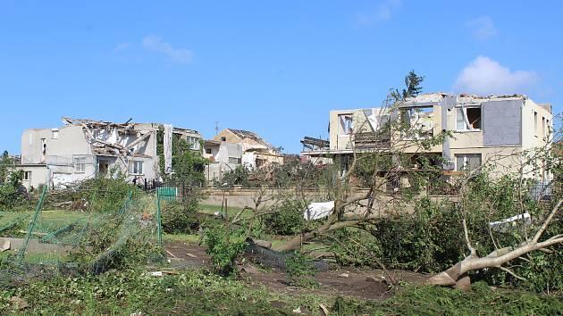 Poničené zahrady a předzahrádky v Lužicích ráno po tornádu.