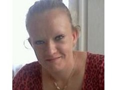 Žena je vysoká 175 až 180 centimetrů, má blonďaté rovné vlasy a modré oči.