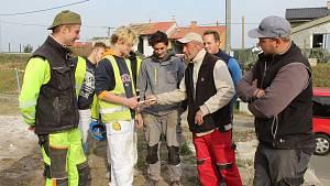Na nové střeše tornádem poškozené vodárny v Mikulčicích pracovali mladí klempíři, tesaři, pokrývači a zedníci Střední školy stavebních řemesel Brno-Bosonohy.