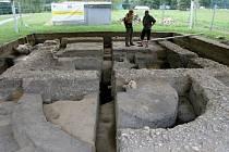 Archeologové prozkoumávají čtvrtý kostel na mikulčické akropoli. Uvnitř velkomoravské památky našli lidské kosti, a to v místech, které patřily při pohřbívání nejvýznamnějším příslušníkům světské či církevní aristokracie.