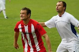 Na zkušeného záložníka Radka Příkazského (vlevo) budou fotbalisté Vacenovic v boji o záchranu nejnižší krajské soutěže sázet.