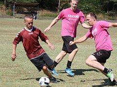 Na tréninkovém hřišti ve Vacenovicích se na začátku července bude hrát o patnáct tisíc korun. Mezi přihlášenými týmy jsou i Kanonýři z Ratíškovic (v růžových dresech).