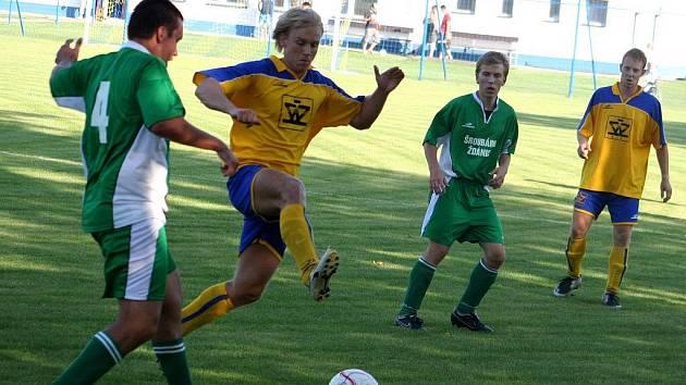 Záložník Blatnice a autior úvodní branky Petr Schmeister (ve žlutém) mezi dvěma hráči Bzence.