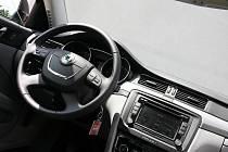 Vnitřek vozu Škoda Superb 1.9 TDi - ilustrační fotografie.