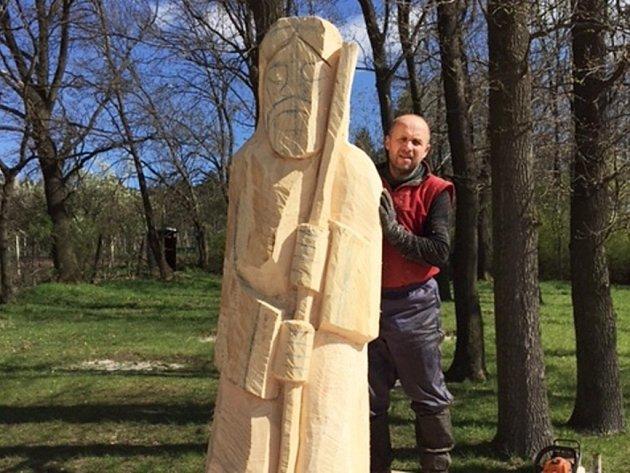 Řezbář Ivan Šmíd pracuje v Blatničce na novém symbolu obce.